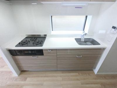 3口ガスコンロのシステムキッチンです。 独立キッチンのためリビングをゆったりと使えます♪