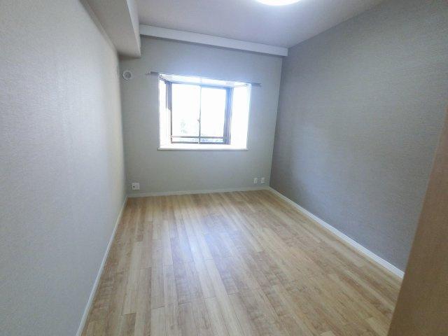 6.8帖の洋室の洋室です。 ベッドも2つは置けますので、主寝室として使いやすいですね。