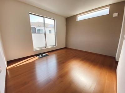 (同仕様写真)全室明るい。主寝室は8.5帖。他に3居室を備えています。主寝室にWICを備えているので収納力の高い居室です。