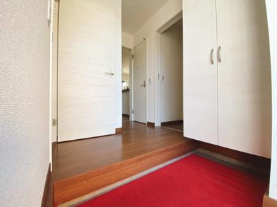 (同仕様写真)SICを備えた玄関は増えがちな靴もしっかり収納できる下駄箱を確保。来客時にスッキリした玄関でお出迎え出来るので気持ちがいいですね。