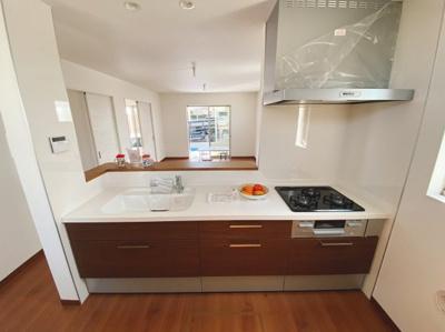 (同仕様写真)リビング全体が見渡せる対面式カウンター仕様で家族のコミュニケーションもしっかり取れます。シンプルながらもお手入れしやすく、いつでも清潔なキッチンが保てます。
