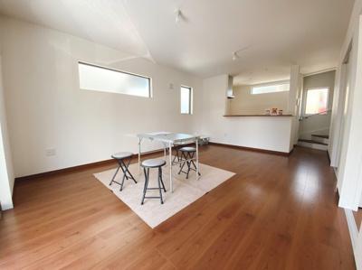 (同仕様写真)南側からの採光がしっかり入る家族が一番集まるLDK。隣接居室との一体活用で24.8帖の空間が広がります。シンプルな色合いで家具やカーテンの色柄を選びません。