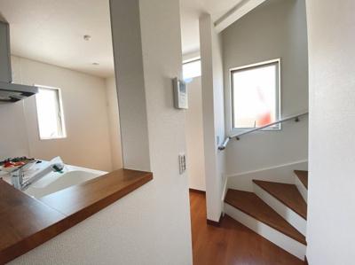 (同仕様写真)手すり付きの階段は上り下りの安全も考慮されていますね!
