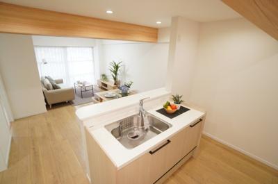 【システムキッチン】 浄水器一体型のハンドシャワー水栓、エンボス加工を施したシンク 熱に強く、やわらかな質感が魅力のアクリストン(人工大理石)ワークトップ。 毎日の家事を快適にする設備が揃ってます。