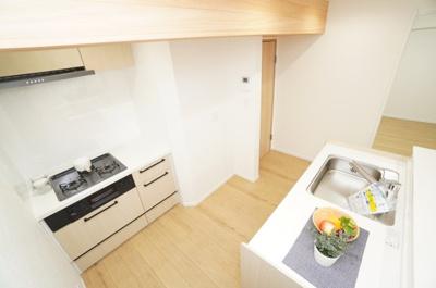 【セミオープン】 短い間口で対面型を実現できる「対面2列型」キッチンを採用することによって、 壁付けキッチンの良さと、対面キッチンの良さの両方を取り入れました。