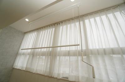 【南側洋室約8.0帖】 サンルームとしても使えるよう、 天井収納が出来る、昇降式の物干しラダーを設置。 また、窓は上下左右分割式。 室温によって、どの窓を、どう開けるのか選ぶことができます!