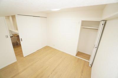 【東側洋室約5帖】 2枚引戸でリビングと仕切れる居室は、エアコン先行配管済です。 クローゼットも完備。 白い建具と、フローリングの優しいオーク色が素敵です! どんな家具をどう配置するのか楽しみですね!