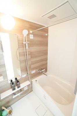 【システムバス】 TOTO社製! RWシリーズは「魔法瓶浴槽」「ほっからり床」 TOTO独自の技術によりバスタイムを よりよく演出してくれます! 更に、浴室暖房乾燥機が標準設備! お手入れが楽なシステ