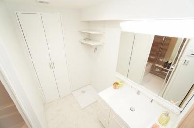 【パウダールーム】 装着が楽なワンタッチ式の給水栓! どの方向にも洗濯機を合わせやすいように、洗濯機パンを設置。 ドラム式の洗濯機も入るサイズですが、 お手持ちのサイズが入るか要確認です!