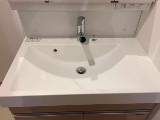 ボウル一体型でお手入れしやすく、シャワー水栓がついている洗面化粧台です。