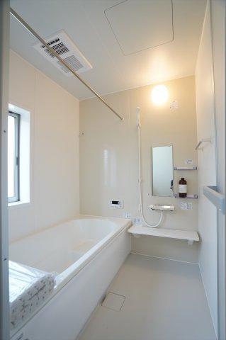 足をのばしてゆったり入れるお風呂です。広いお風呂で快適に一日の疲れを取ることができます。