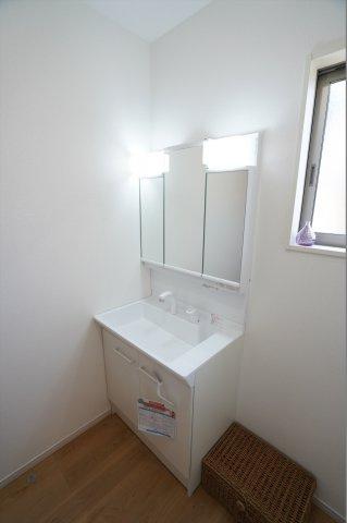 三面鏡化粧台は大きな洗面台があり、ちょっとした物の手洗いもさっと簡単にできますね。