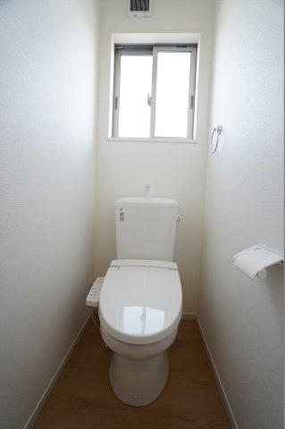 窓のある明るいトイレです。温水暖房便座で毎日快適に使えます。