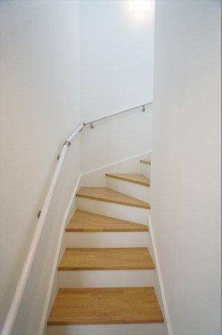 手すりのある階段で安心ですね。キッチンの近くにあるので自然と家族の会話が増えそうですね。