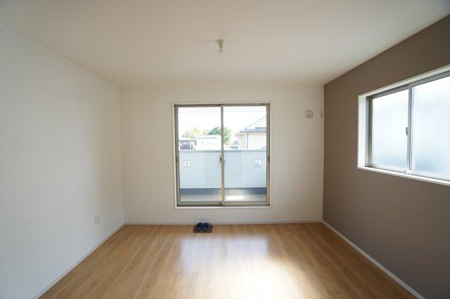 アクセントクロスがおしゃれな寝室です。お部屋に置くベッドやテーブルを考えるのも楽しくなりそうですね。