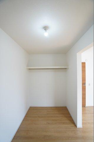 棚とパイプが設置されています。電気もついています。