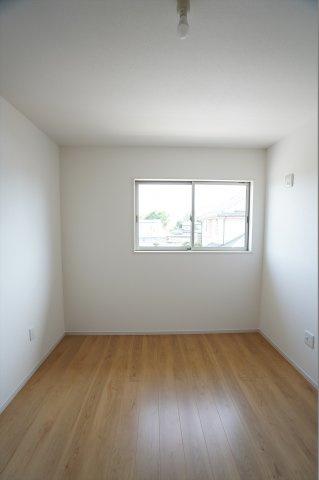 5.2帖の洋室です。木目調のフローリングが綺麗なお部屋です。シンプルなお部屋でどんな家具でも合いそうですね。