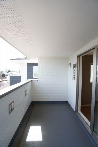 屋根のあるインナーバルコニーは雨の日の洗濯物も安心、子育て世帯や共働き世帯に嬉しい設計ですね。
