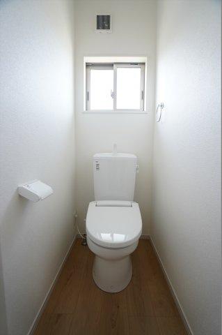 2階にもトイレがあり安心ですね。