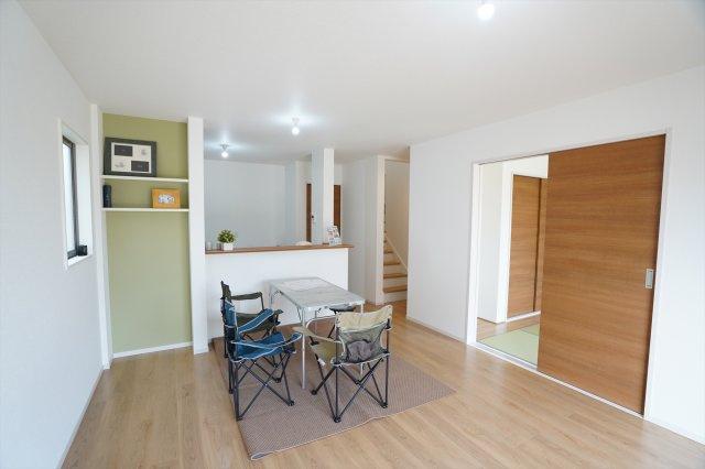 15.6帖のリビングです。南向きで陽当たり良好のあたたかいお部屋です。キッチンからリビング、和室、階段に目を通すことができます。