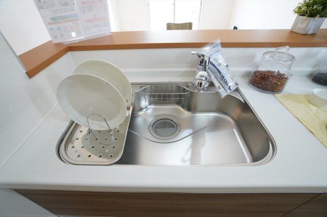 広いシンクで洗い物がはかどりそうですね。水切りもついて便利です。