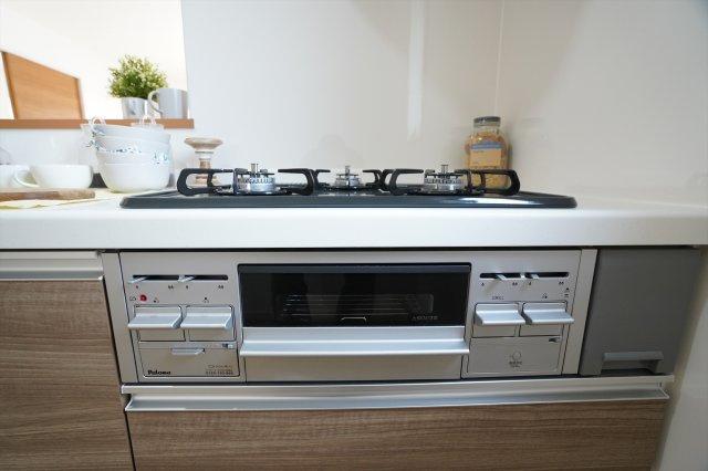 グリル付きガス台は3つ口コンロで、お弁当作りや作り置きをする時も安心ですね。