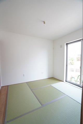 リビングと続き間の和室です。陽当たり良くお昼寝するのが気持ち良さそうですね。キッチンから近くに和室があるので和室で遊ぶ子供の様子を見ながらお料理できますよ。