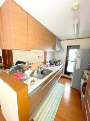 IHの3口コンロはお掃除も楽でお料理上手な方にもご満足いただける設備ですね。食洗器や広い作業スペースなど嬉しいポイントがたくさん詰まっています。