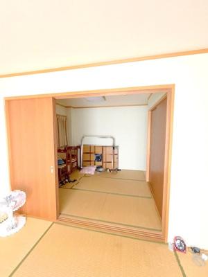 2階6帖x6帖の続き和室です。畳の部屋があるとやはり落ち着きますね♪ごろ寝をしたり、客間にしたり、使い方は自由自在です。