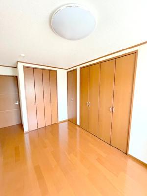 2面の収納は大容量で、たくさんのお洋服や小物が収納できます。