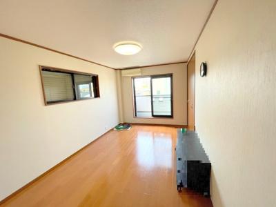 3階の洋室約9.6帖です。バルコニーから明るい陽射しと風通りがあります。