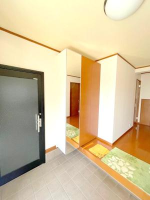 玄関の土間はとても広く、ベビーカーや大きな荷物も楽に置けます。車庫からも直接アクセスできます。