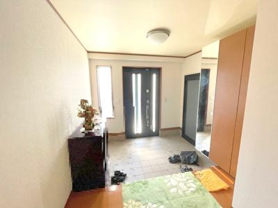 広い玄関には作り付けの姿見付きシューズボックスもあり大変便利です。
