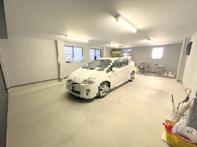 電動シャッター付で大切なお車を風雨から守ります。2台から4台駐車可能(車種による)です。