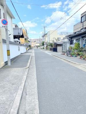 南側全面道路です。清閑な住宅街に位置しており、広い戸建でゆとりの生活が送れます。