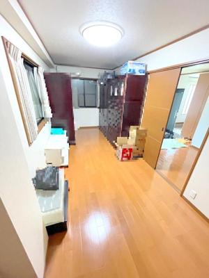 1階洋室約8.2帖。クローゼットもある広いお部屋です。