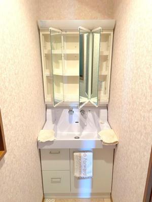 1階の独立洗面台です。たっぷりの収納にゆとりある洗面スペースです。