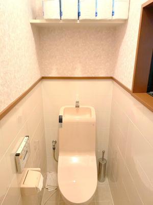 1階トイレです。温水洗浄便座ですので、気持ち良くお使いいただけます。