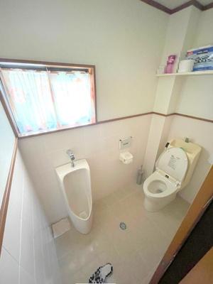 2階の広いトイレには温水洗浄便座はもちろん男性用便器もついております。上部には棚もありペーパー類の収納に便利です。