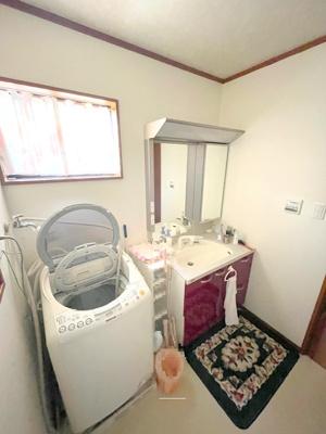 2階洗面室です、リビングと同じ階にお風呂と洗面があり、水回りの動線が楽ですね。窓もありますので換気もできます。