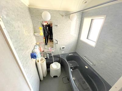 お風呂は窓もあり、換気がしやすいです。ゆとりのある浴槽に追炊き機能付き♪ご家族の入浴タイムが違っても快適にお使いいただけますね。