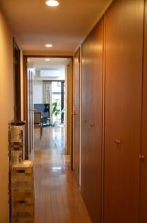 廊下部分は一面収納になっており、物が生活空間に出ないためすっきり広々と生活できます!