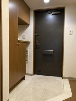 まるで戸建てのような開放的な玄関!上がり框の段差が小さいため車椅子も通れる設計!