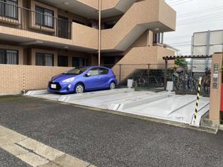 現在、9台空きがある敷地内駐車場です。(令和3年4月7日現在)立体駐車場は日差しで大切な車の日焼けを抑えることもできるメリットがあります。