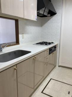 戸建並みに広いキッチンは対面式で家族との団らんを楽しみながら料理できます。マンションでは珍しい床下収納付きで食品の保存にも便利です。吊戸棚もついており、収納力に優れたキッチンとなっています。