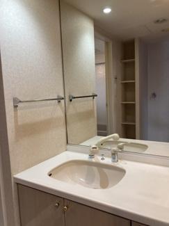 一面鏡の大きな鏡がある洗面台!洗面所には嬉しい収納スペースもあるのでタオルや下着も収納可能です。