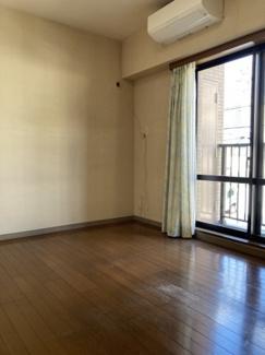 約5.9帖の洋室!各居室窓設置で朝日が入り込み気持ちの良い朝を迎えられます。ウォークインクローゼット完備で収納力がありすっきりとした家具配置が可能です。