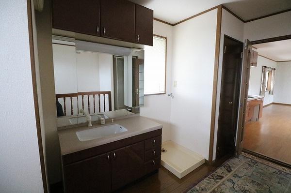 2階洗面台と洗濯機置き場です♪