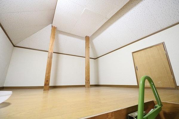 2階洋室に屋根裏収納が付いています♪