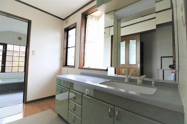 ゆとりある大きさの洗面台で朝の準備で混み合うときも十分なスペースが確保されています♪